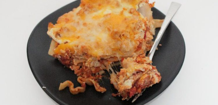 Buffalo Chicken Lasagna is a perfect fall dish! A straightforward recipe that's great for game night or any time! | game day recipes | lasagna recipes | BearandBugEats.com