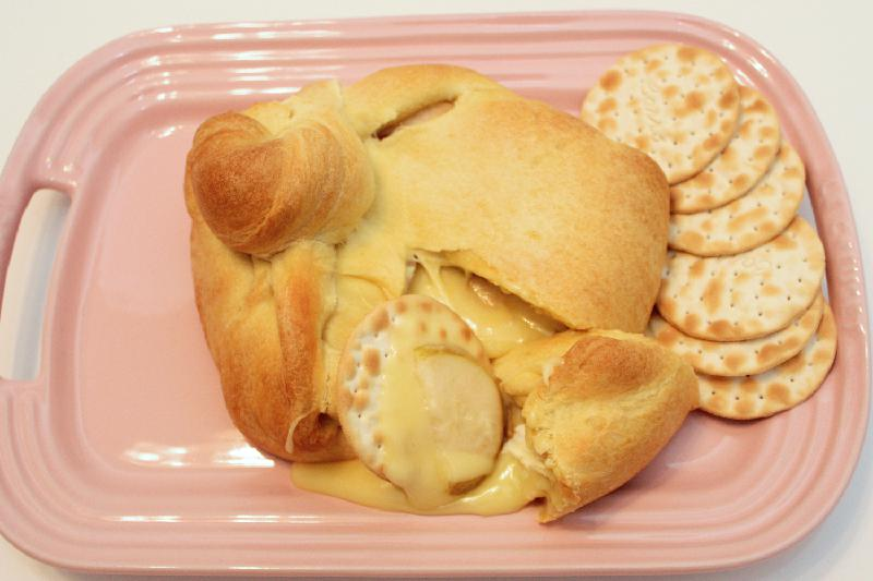 Baked Brie with Pears is a great dish to share! 3 ingredients, less than 30 minutes, 100% delicious!   holiday recipes   pear recipes   appetizer recipes   #FabulousFallBounty   BearandBugEats.com