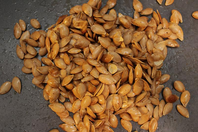 Savory Roasted Squash Seeds are a super easy, super fun snack recipe, perfect for fall! Toss with your favorite spice blend.   squash recipes   snack recipes   fall recipes   BearandBugEats.com