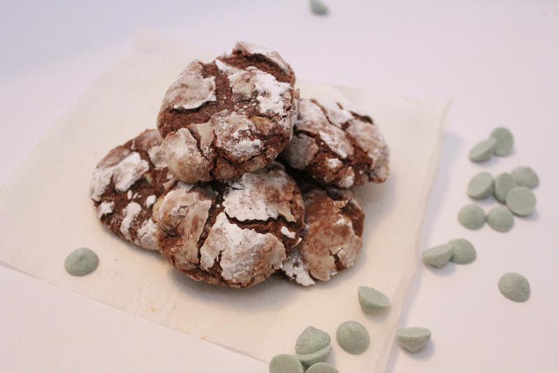 Thin Mint Crinkle Cookies are fun and delicious for anytime, but especially the holidays! | #ChristmasCookies week | BearandBugEats.com
